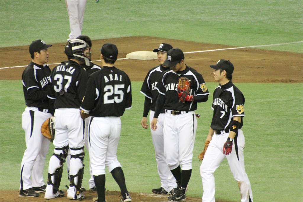 ピンチを迎えてマウンドに駆け寄る阪神内野手