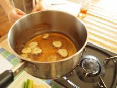 熱したごま油でじっくり揚げる。入れるとき一旦火から離すのがコツ