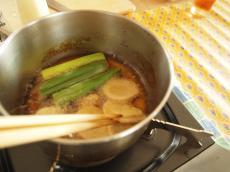 大蒜を取り出した後は香味野菜を同じ様に加えて香りをつける