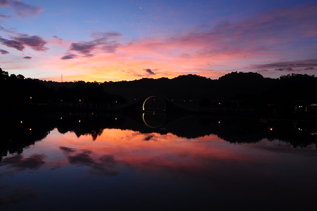 暁に染まる湖面(2)