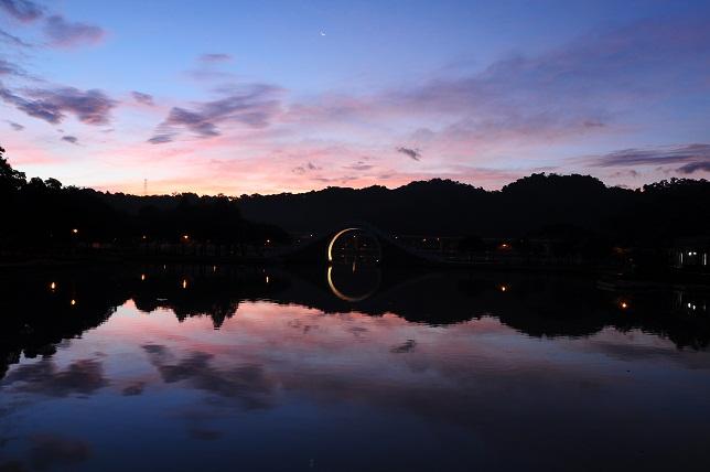 暁に染まる湖面(1)