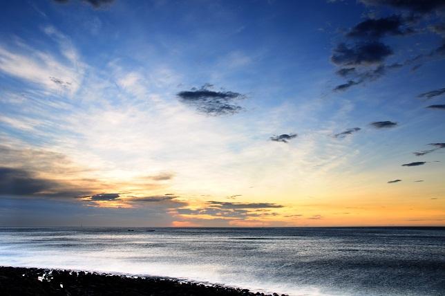 夕闇迫る海岸線(1)