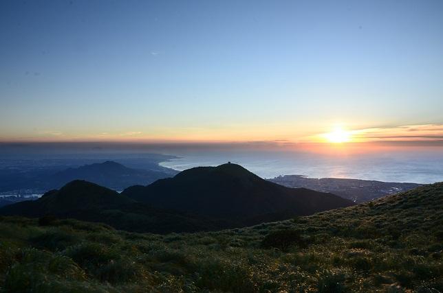 瞬く太陽、暮れる山並み