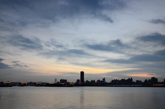 輝く雲、暮れる街(4)