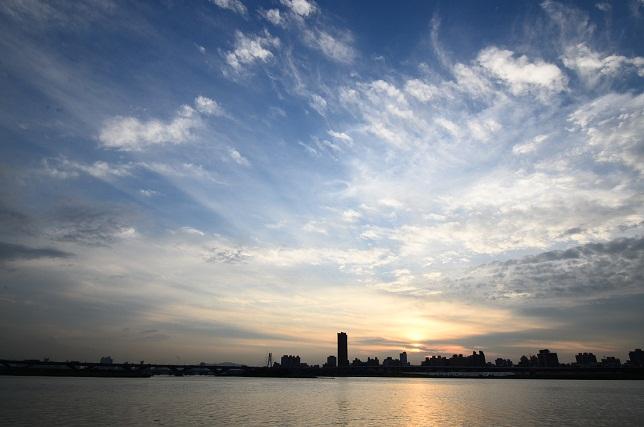 輝く雲、暮れる街(2)