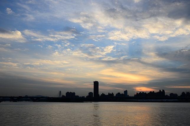 輝く雲、暮れる街(3)