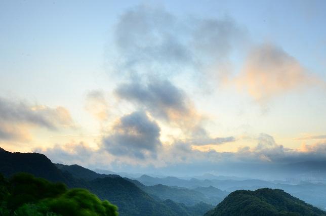 山向こうに日が昇る