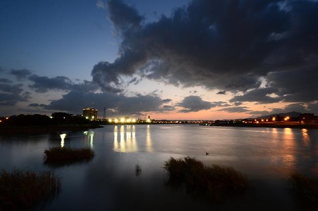川面を渡る夕暮れ雲