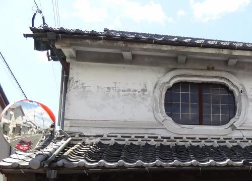 虫籠窓とカーブミラー