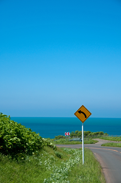 海を左カーブ