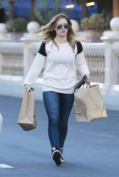 Hilary+Duff+Hilary+Duff+Shops+Groceries+wZG1-n_XvHrl.jpg