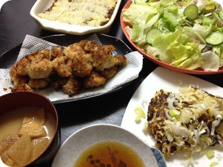 鶏ムネ肉のパン粉焼き+グリーンサラダ+ひき肉のポテト焼き+キャベツと豆腐のお好み焼き+大根と油揚げのお味噌汁
