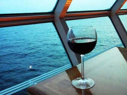 海辺でワイン