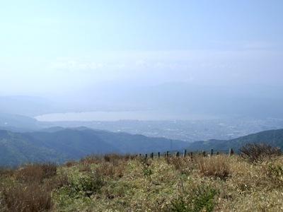 かすかに見える諏訪湖