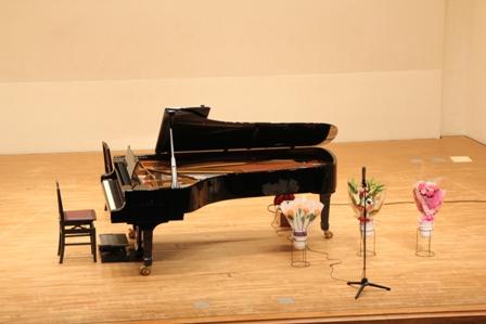 2013.6.22・発表会ステージ・ピアノ・花