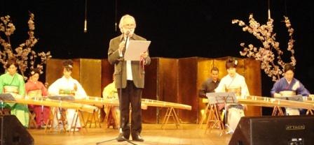 箏のバック・音楽で詩を朗読するジョアン ロレイロ詩人-パラ-州連邦美術哲学教授