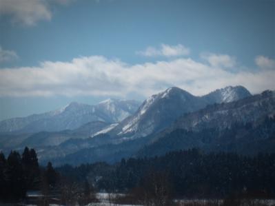 稲川方面から見た奥宮山と後方の小安岳(別の日に撮影)