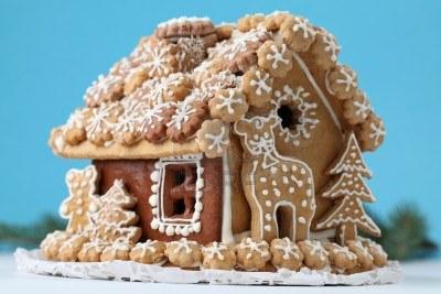 7714342-weihnachten-lebkuchenhaus-auf-blauem-hintergrund.jpg