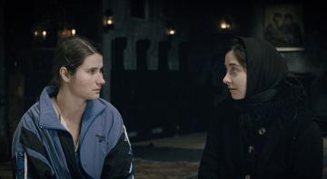 『汚れなき祈り』 アリーナ(左側)と修道服のヴォイキツァ