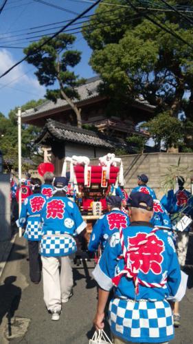 葛井寺の前