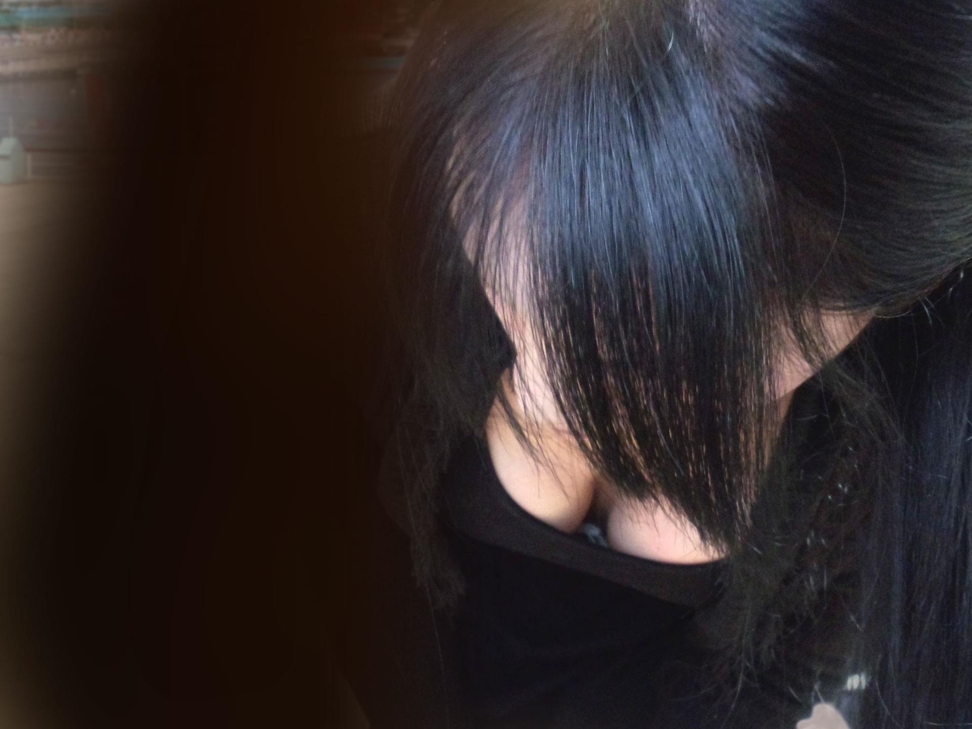 隙間から偶然見えてしまった胸チラ乳首チラ。YouTube動画>2本 ->画像>648枚