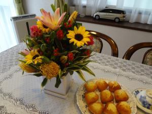 プレゼントのお花とマドレーヌ(縮小)