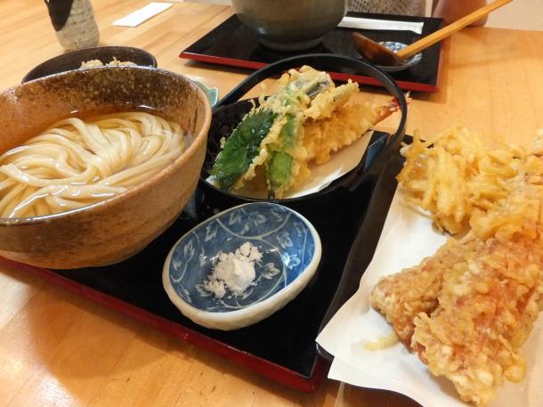 冷やし天ぷらうどんと炊き込みご飯、竹天、ガリ天