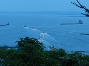 夜、出漁する船団