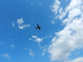 秋の空を飛ぶのは
