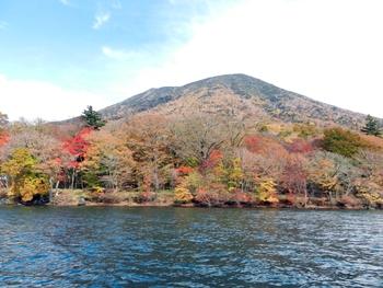 男体山と湖岸