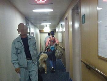 廊下を歩くの図
