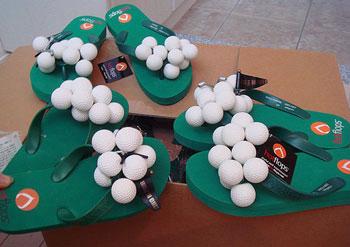 ゴルフボールがいっぱい付いたビーチサンダル