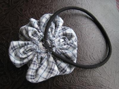 布花 ヘアゴムをを縫い付ける