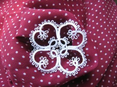月見草のモチーフとドット柄の布