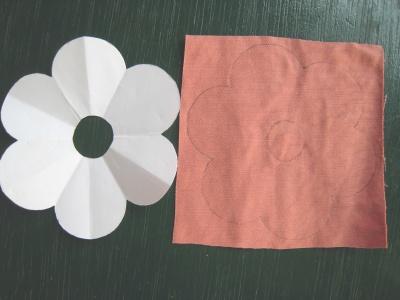 月見草のモチーフのヘアゴム 布に型を描き写す