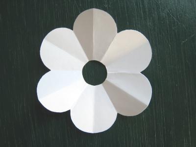 月見草のモチーフのヘアゴム 型紙 中心の円を切り取る