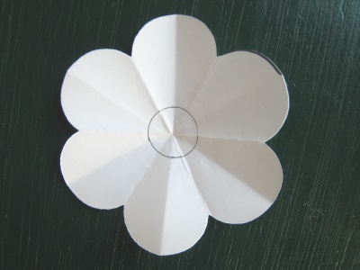 月見草のモチーフのヘアゴム 型紙 中心に円を描く