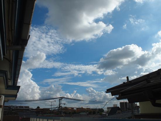 アパートから見た夏の空