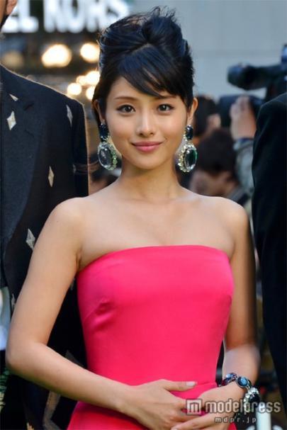第25回東京国際映画祭でグリーンカーペットに登場した石川さとみ