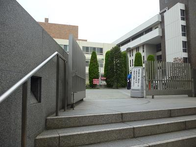 津田ホールへ 001