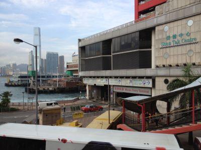 フェリーターミナルのビルと西九龍方面