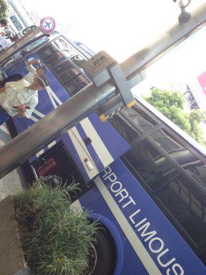 大混雑の空港バス乗り場