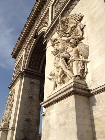 門の前の像は芸術
