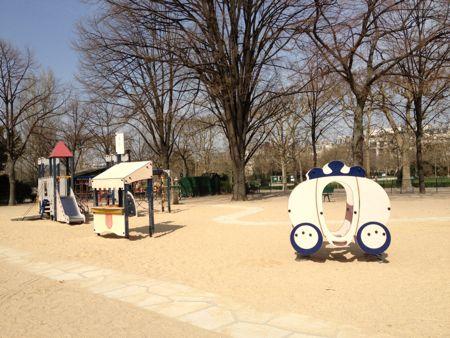 遊具のあるのどかな公園