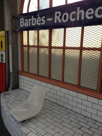 乗り換え駅でのベンチ
