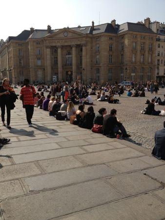 外で昼食を食べる学生たち