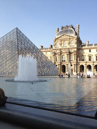 ルーブル美術館の建物とピラミッド