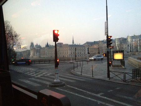 早朝のパリ市内