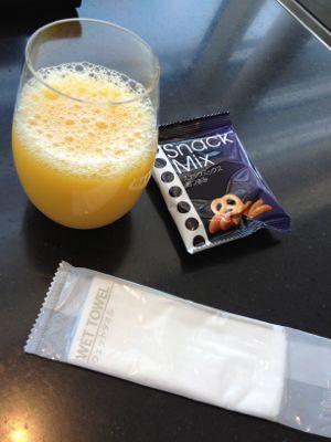 オレンジジュースとスナック