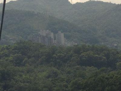 山の中の高層マンション